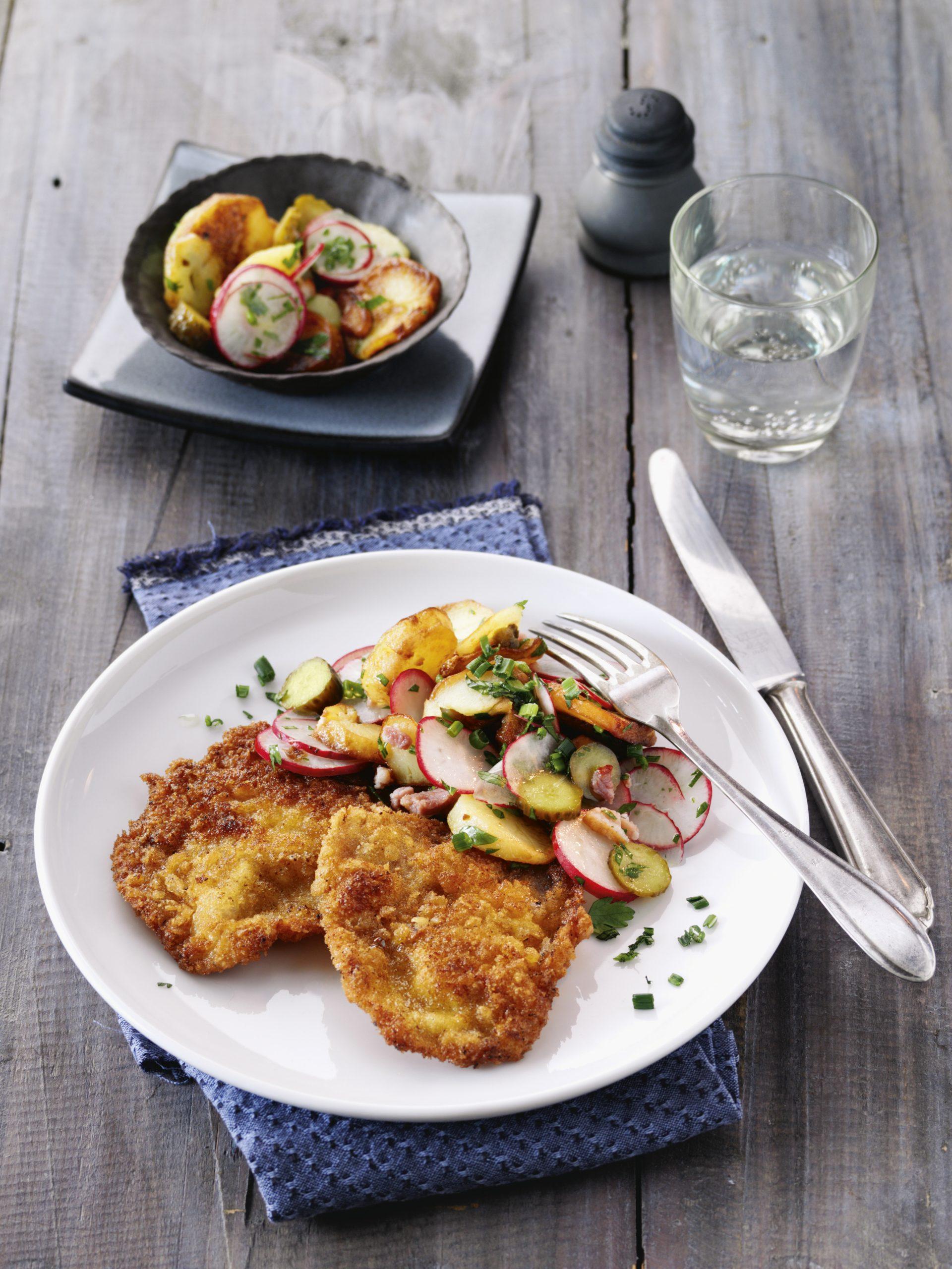 Panierte Schweineschnitzel mit Bratkartoffel-Radieschen-Salat